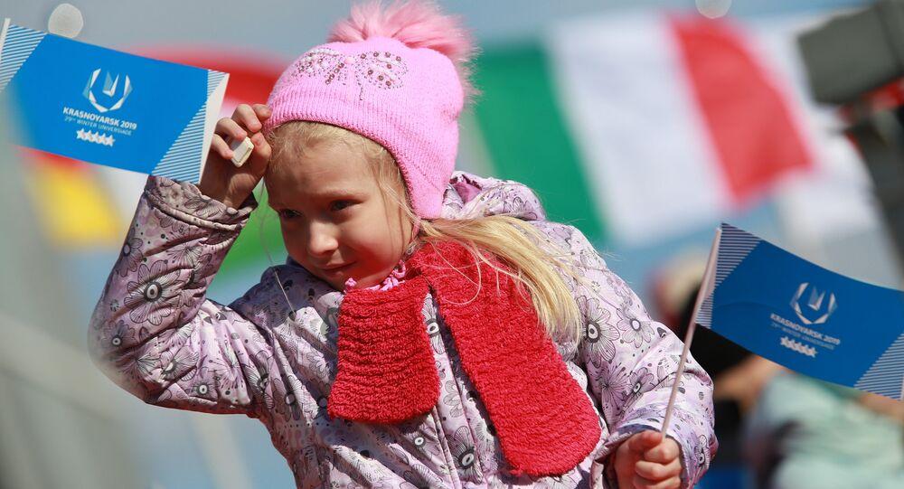 Una giovane spettatrice alle Universiadi di Krasnoyarsk 2019
