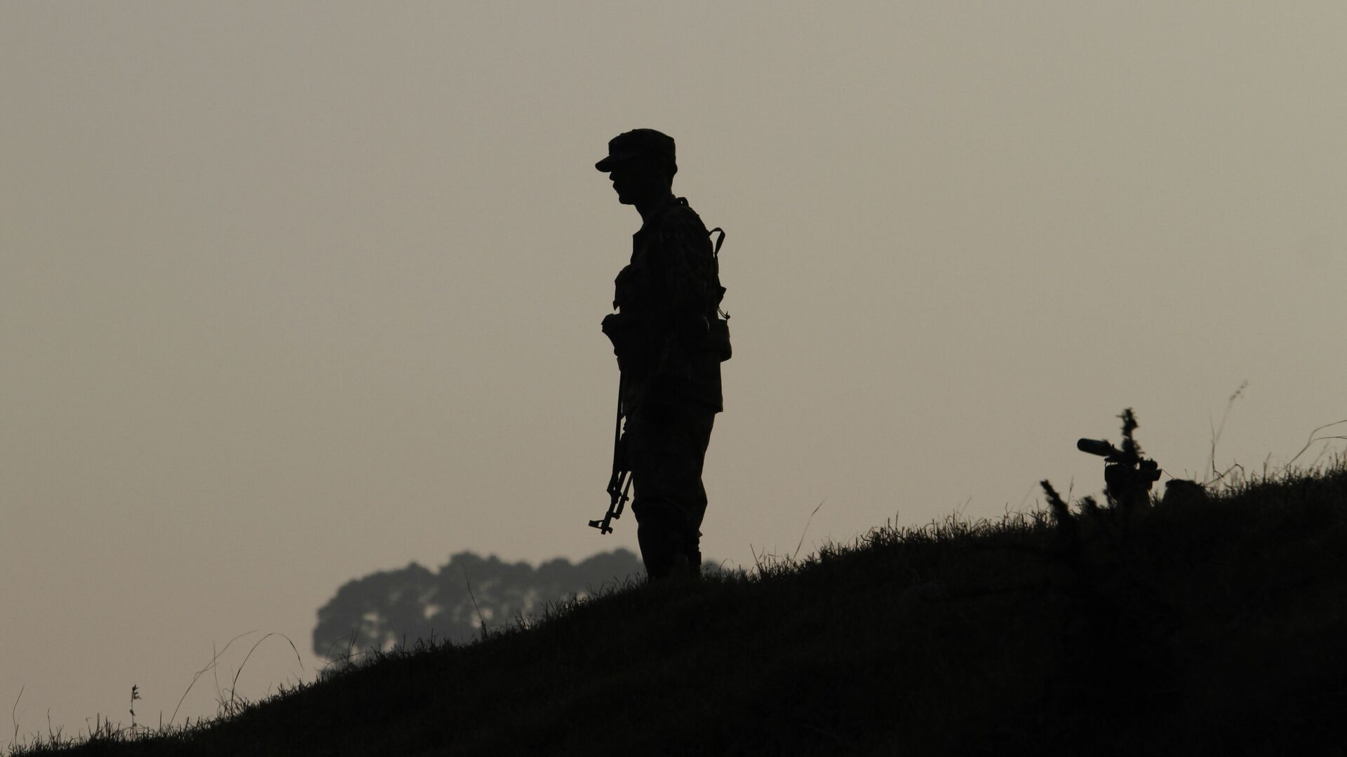 A Pakistan army soldier stands guard at hilltop post at a forward area on the Line of Control (LOC), that divides Kashmir between Pakistan and India. (File) - Sputnik Italia, 1920, 28.06.2021