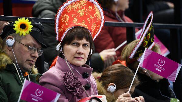 Una spettatrice attenta alle Universiadi di Krasnoyarsk 2019 - Sputnik Italia