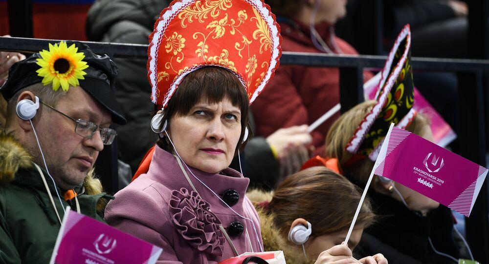 Una spettatrice attenta alle Universiadi di Krasnoyarsk 2019