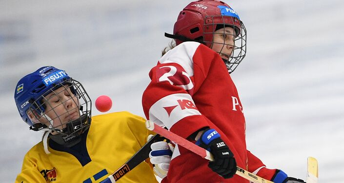 Duello nella partita Russia-Svezia di bandy femminile