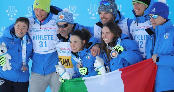 La gioia della squadra italiana per il bronzo nella staffetta femminile dello sci di fondo