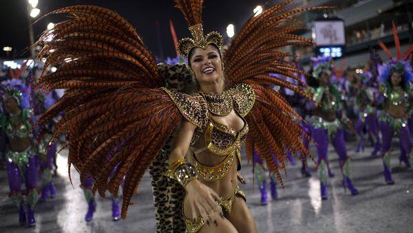 Una ragazza della scuola di samba Grande Rio si esibisce al carnevale di Rio de Janeiro, Brasile. - Sputnik Italia