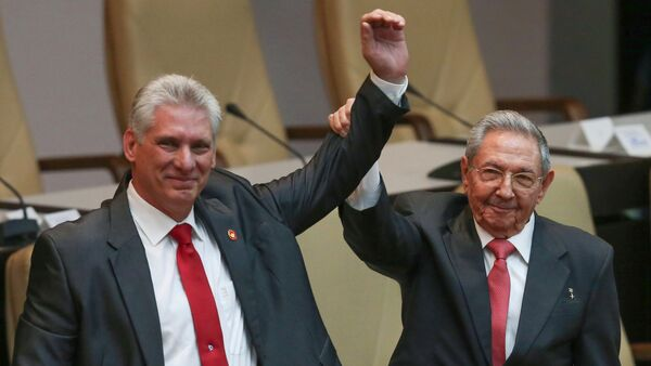 Cuba's outgoing President Raul Castro, right, and new President Miguel Diaz-Canel raise their arms in unison at the National Assembly in Havana, Cuba, Thursday, April 19, 2018. - Sputnik Italia
