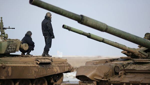 I membri dell'equipaggio di un carro armato Т-72B3 durante il Biathlon nella regione di Volgograd - Sputnik Italia