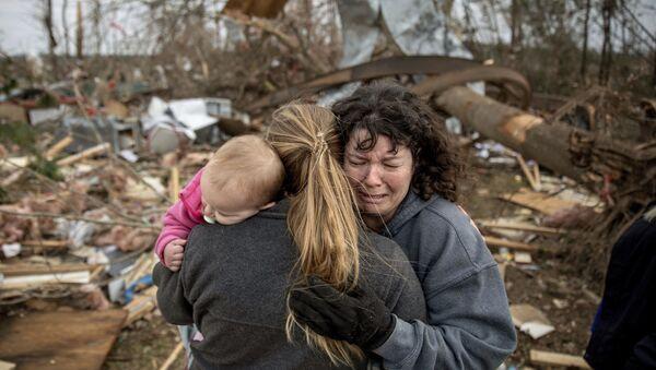 Семья плачет на руинах дома, разрушенного торнадо, Борегард, штат Алабама - Sputnik Italia