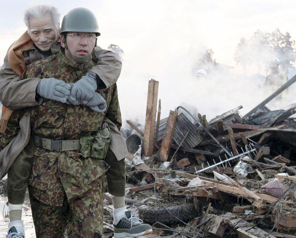 Militare porta in salvo un anziano vittima del terremoto