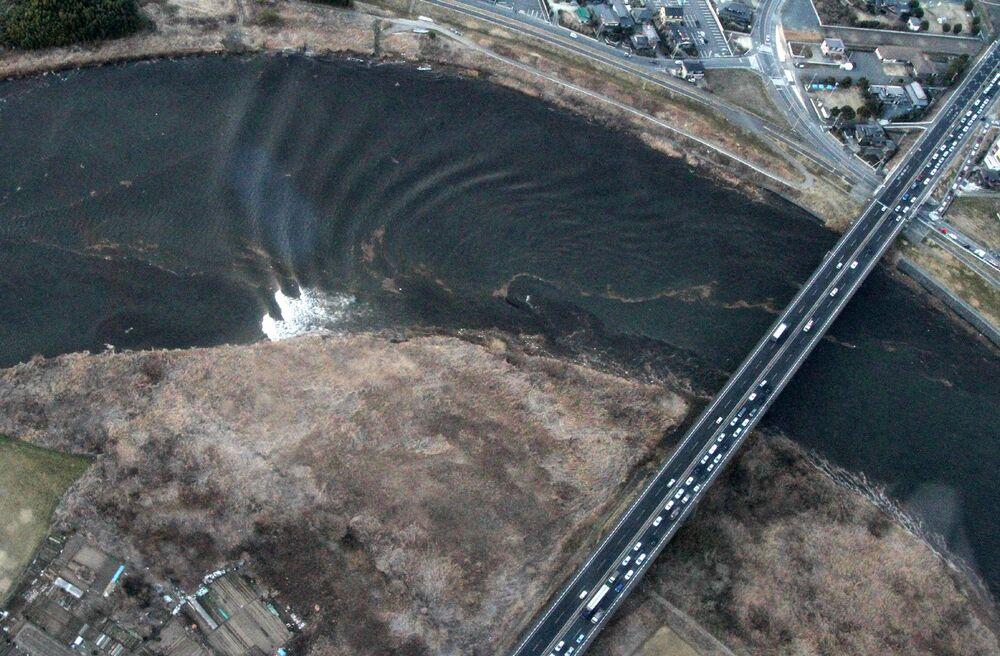 Propagazione dell'onda tsunami sul fiume Naka nella città di Hitachinaka