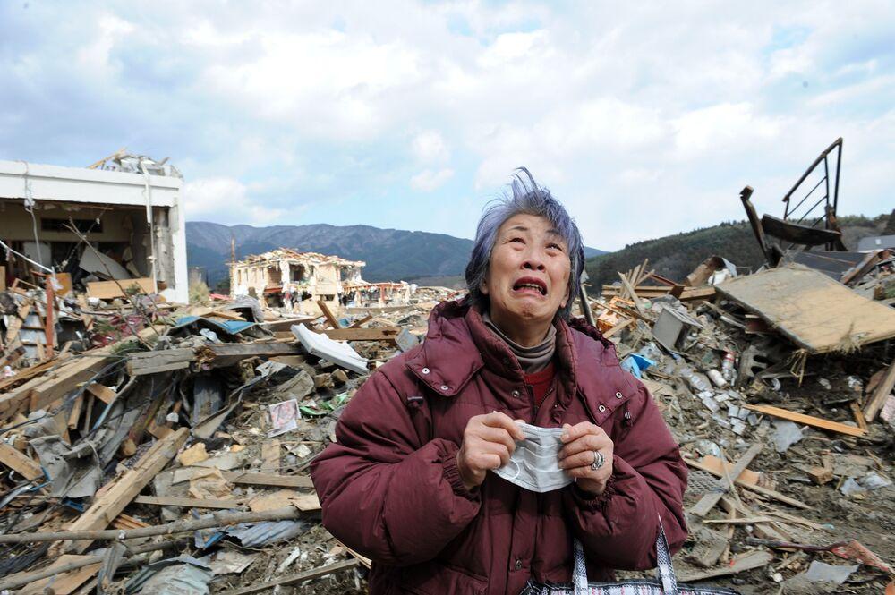 Donna disperata a Rikuzentakata nella prefettura di Iwate, 8 giorni dopo la tragedia