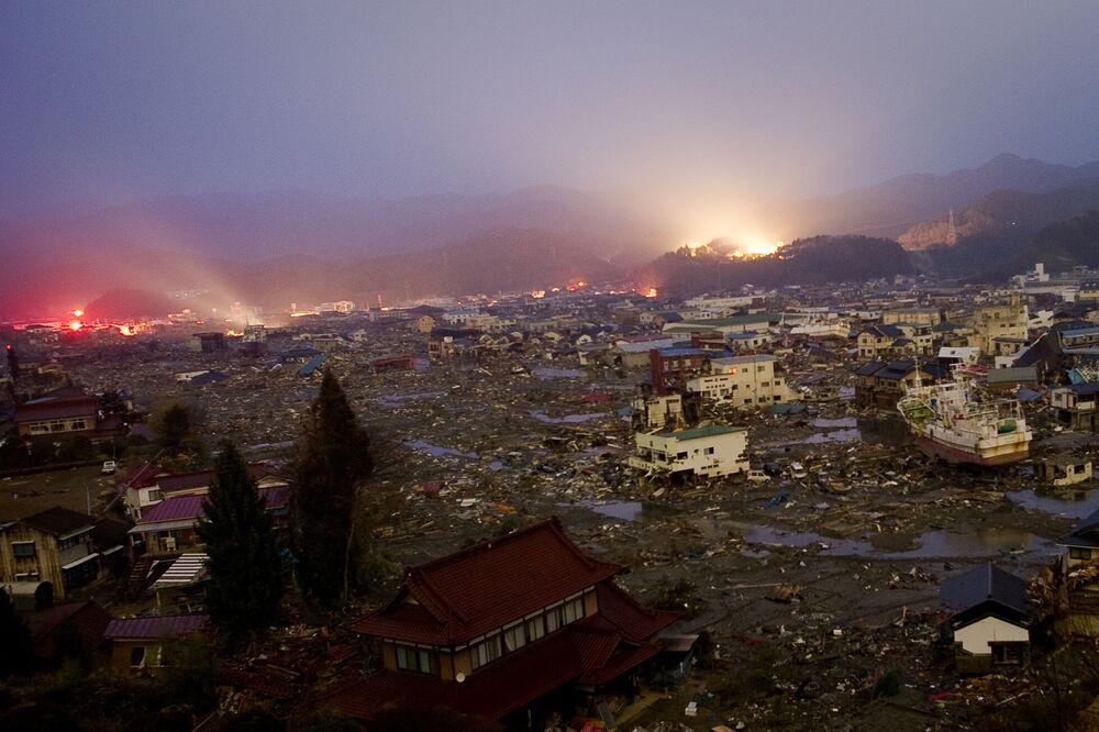 Effetti del terremoto e tsunami sulla città di Kessennuma nella prefettura di Miyagi, 9 giorni dopo la tragedia