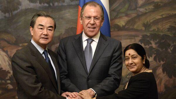 Sushma Swaraj, Sergey Lavrov e Wang Yi - Sputnik Italia