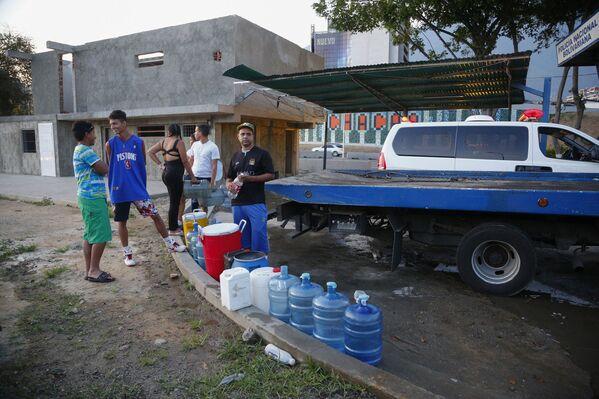 ساکنان کاراکاس برای تهیه آب در صف ایستاده اند - Sputnik International