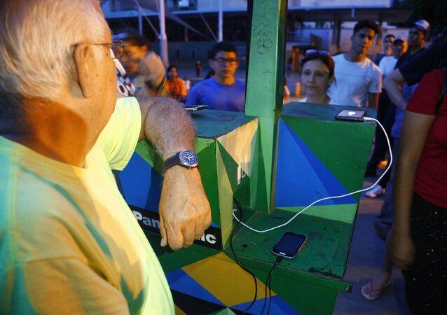 Ricarica cellulare alle colonnine elettriche solari in piazza a Caracas