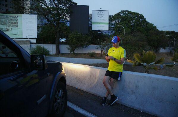 ساکن کاراکاس در بزرگراه متوقف می شود ، جایی که سیگنالی از تلفن همراه دریافت می کند - اسپوتنیک بین المللی