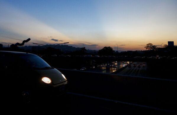 بزرگراه کاراکاس در سومین روز کسوف - Sputnik International