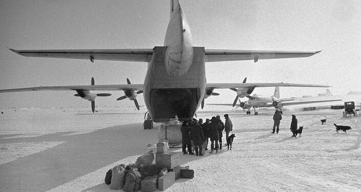 Cargo AN-12 sulla remota isola Zhokhova