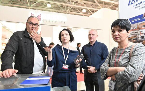 Operatori russi nel padiglione italiano a BATIMAT 2019 - Sputnik Italia