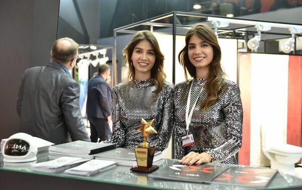 Due ragazze allo stand Axima a BATIMAT 2019 - Sputnik Italia