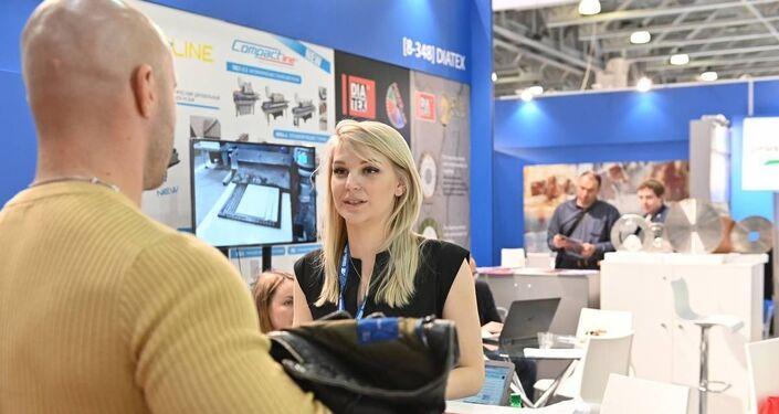 Un operatore in visita allo stand dell'azienda italiana Diatex a BATIMAT 2019