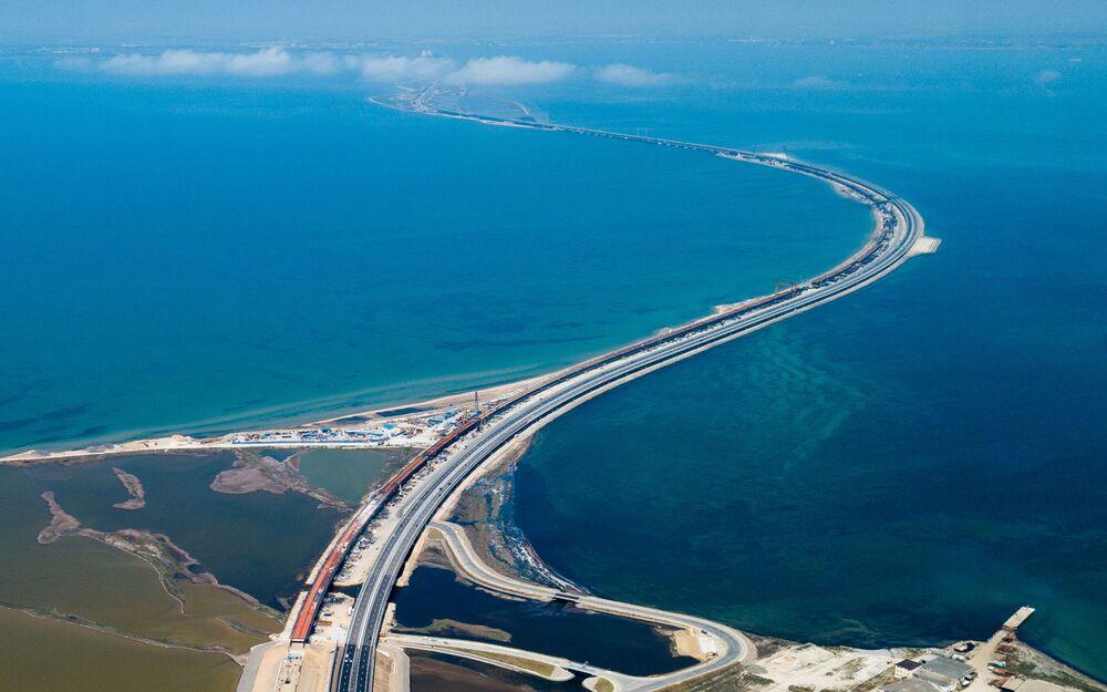 Вид на Крымский мост с автоподходами со стороны Кубани.