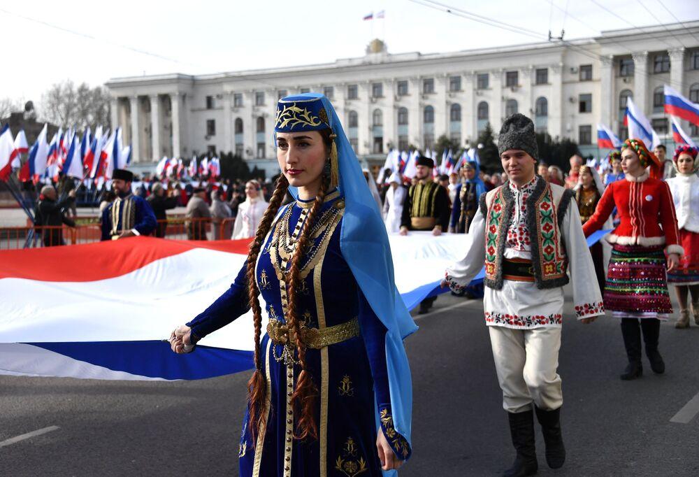 Simferopoli: un corteo con rappresentanti dei diversi popoli della Crimea nei rispettivi costumi tipici in occasione del quinto anniversario della riunificazione con la Russia