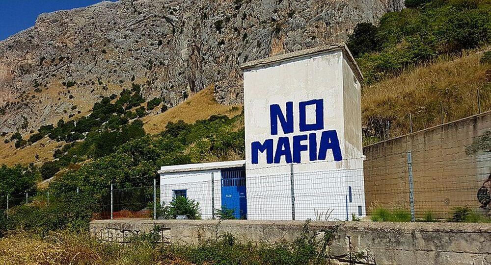 Un murales contro la mafia nel luogo dove il 23 maggio 1992 venne azionato l'ordigno che fece saltare in aria l'auto su cui viaggiava il giudice Giovanni Falcone