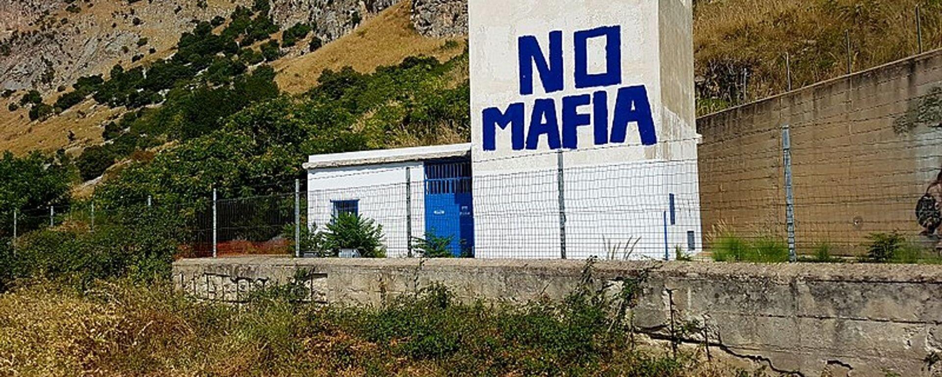 Un murales contro la mafia nel luogo dove il 23 maggio 1992 venne azionato l'ordigno che fece saltare in aria l'auto su cui viaggiava il giudice Giovanni Falcone  - Sputnik Italia, 1920, 27.11.2019