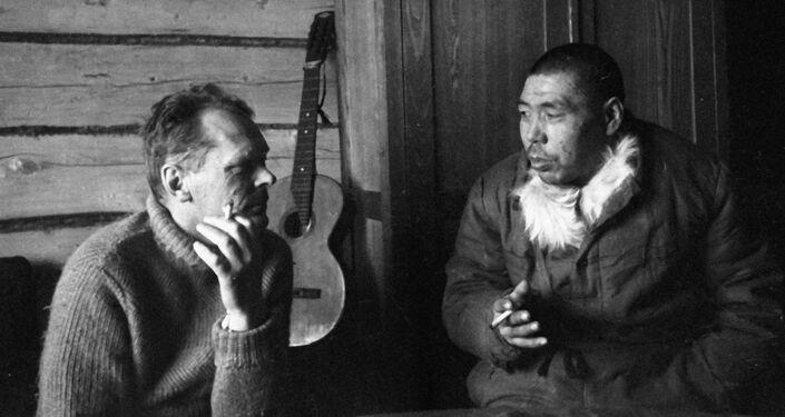 1936 - l'aviatore Leonard Kruze con uno dei primi abitanti dell'isola di Wrangel