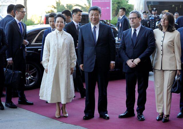 Il presidente cinese Xi Jinping con la moglie e il presidente del parlamento siciliano Gianfranco Miccisce a Palermo.