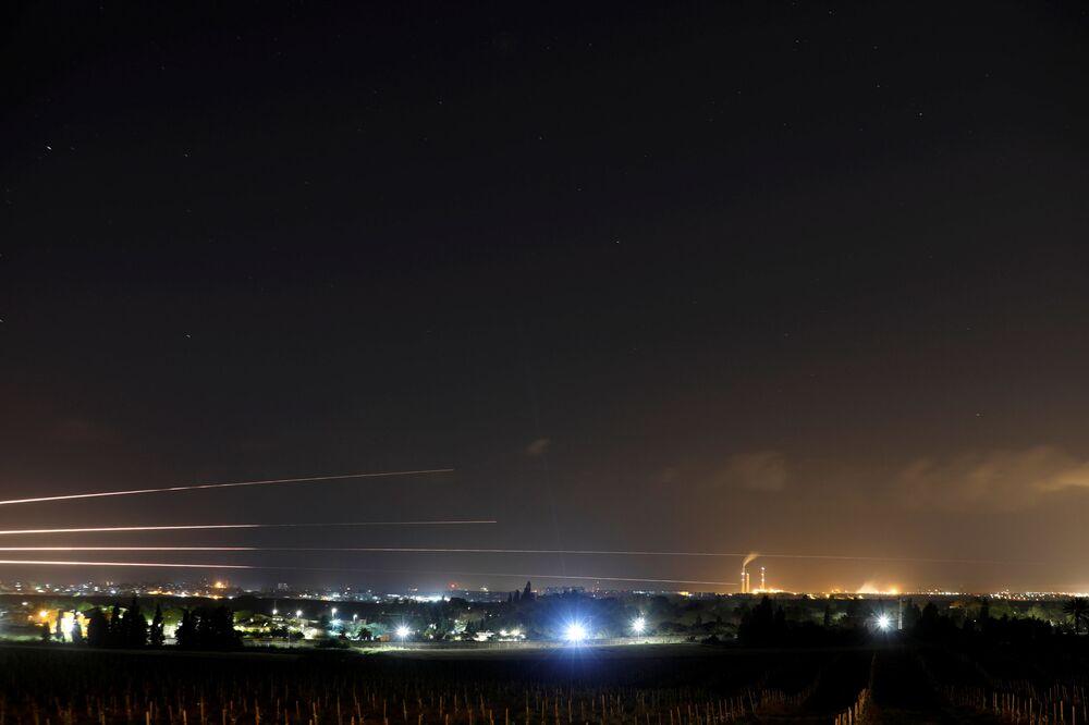 Le scie lasciate dai razzi lanciati da Hamas verso Israele