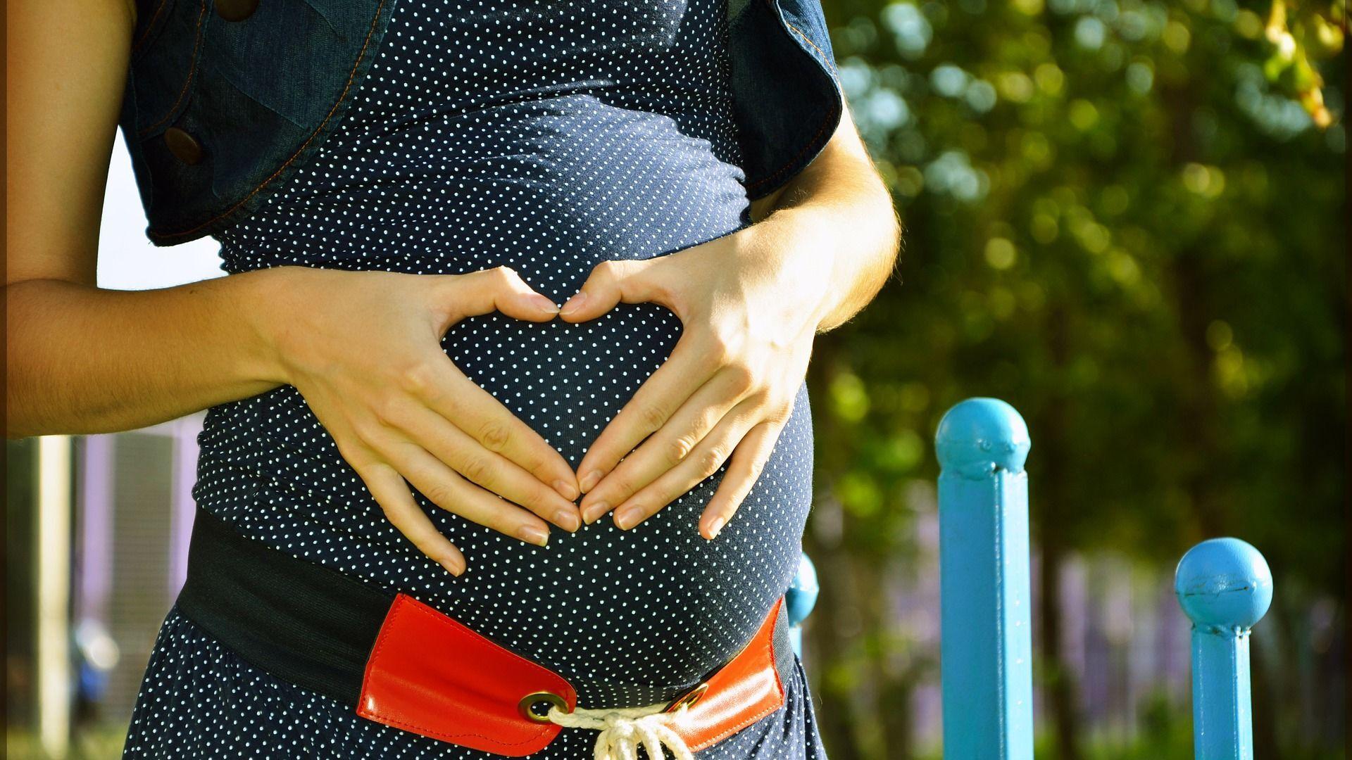 Una donna incinta - Sputnik Italia, 1920, 15.08.2021