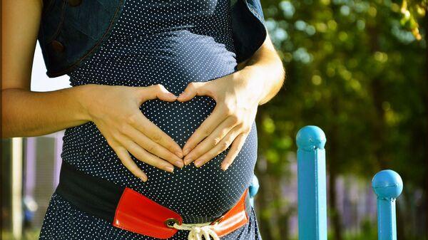 Una donna incinta - Sputnik Italia
