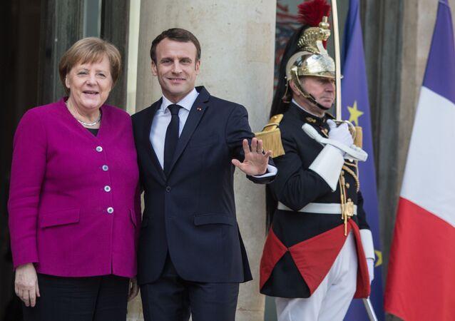 Angela Merkel ed Emmanuel Macron durante l'incontro dei leader Ue e Cina a Parigi.
