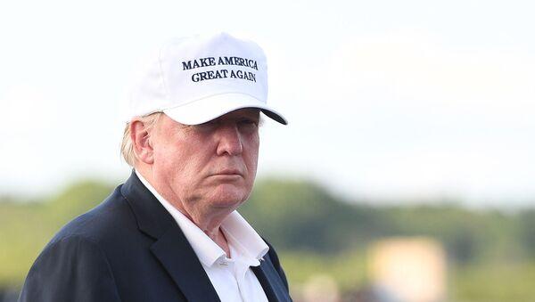 Президент США Дональд Трамп перед посадкой на борт номер Один в муниципальном аэропорту Морристауна (29 июля 2018). Морристаун - Sputnik Italia