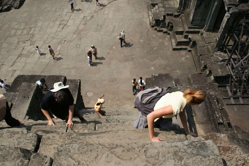 Per raggiungere la sommità del tempio khmer di Angkor Wat, in Cambogia, bisogna salire questa scala con pendenza di 70°