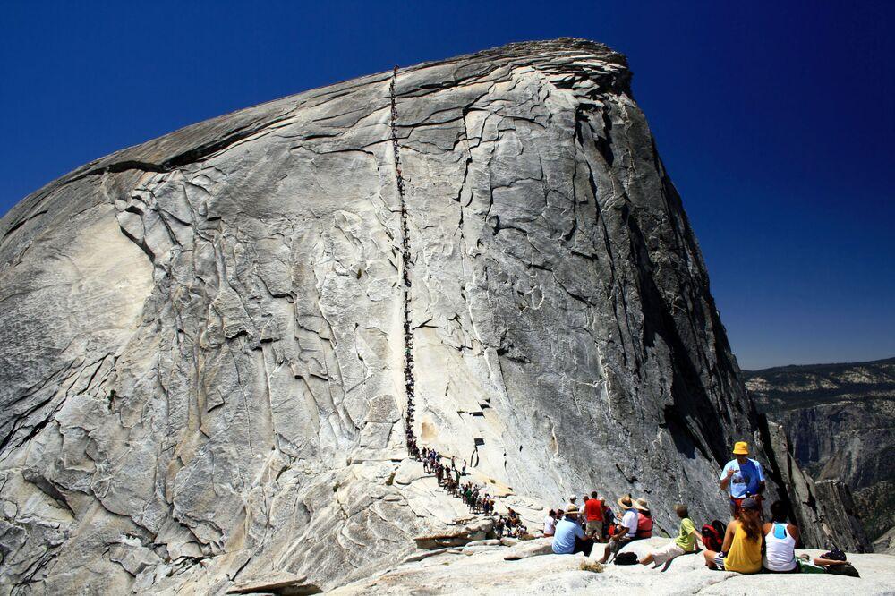 Una scala a corda nel parco nazionale di Yosemite in USA