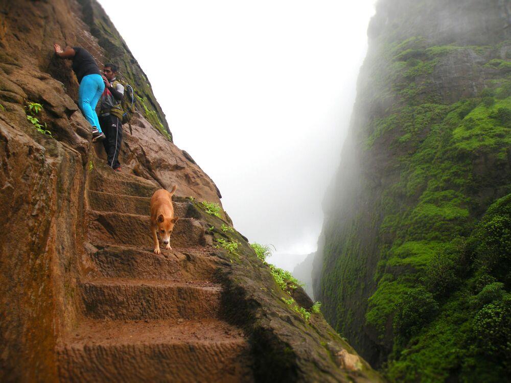 La scala ricavata nel terreno per raggiungere il forte Kalavantin, in India