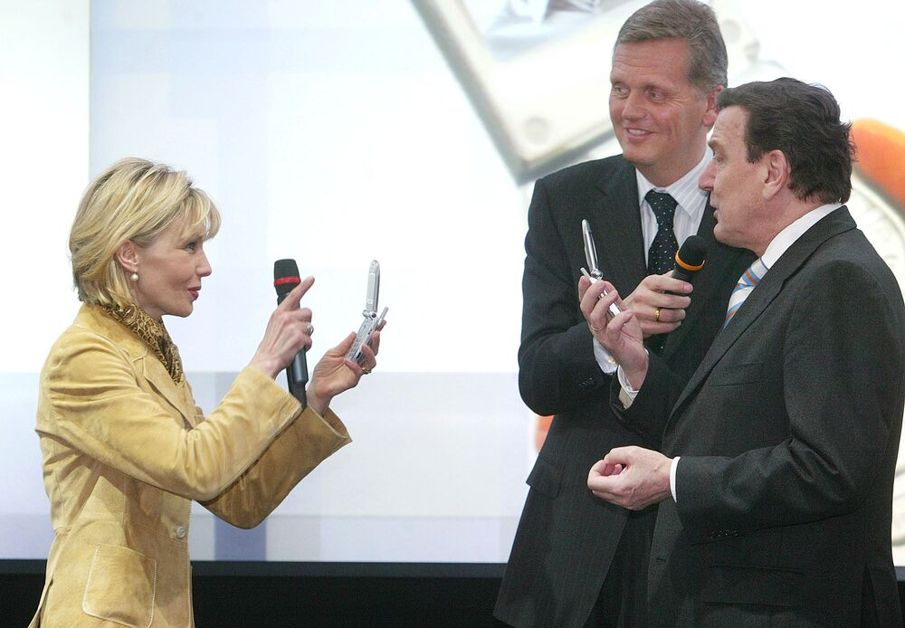 Hannover, CeBit 19 marzo 2003 - Doris Schroeder-Koepf fotografa il suo allora marito e cancelliere tedesco Gerhard Schroeder, intervistato da Kai-Uwe Ricke, direttore di Deutsche Telekom
