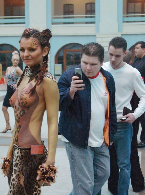 Mosca, 2006 - Un ragazzo mostra agli amici il suo nuovo telefono cellulare, dotato di fotocamera a bassa risoluzione - Sputnik Italia