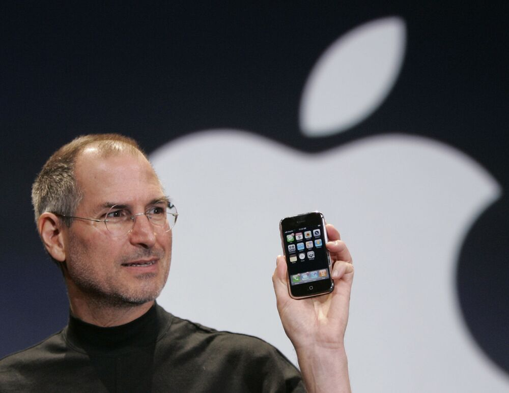 San Francisco, 2007 - Steve Jobs, CEO di Apple presenta il primo iPhone alla conferenza MacWorld di San Francisco
