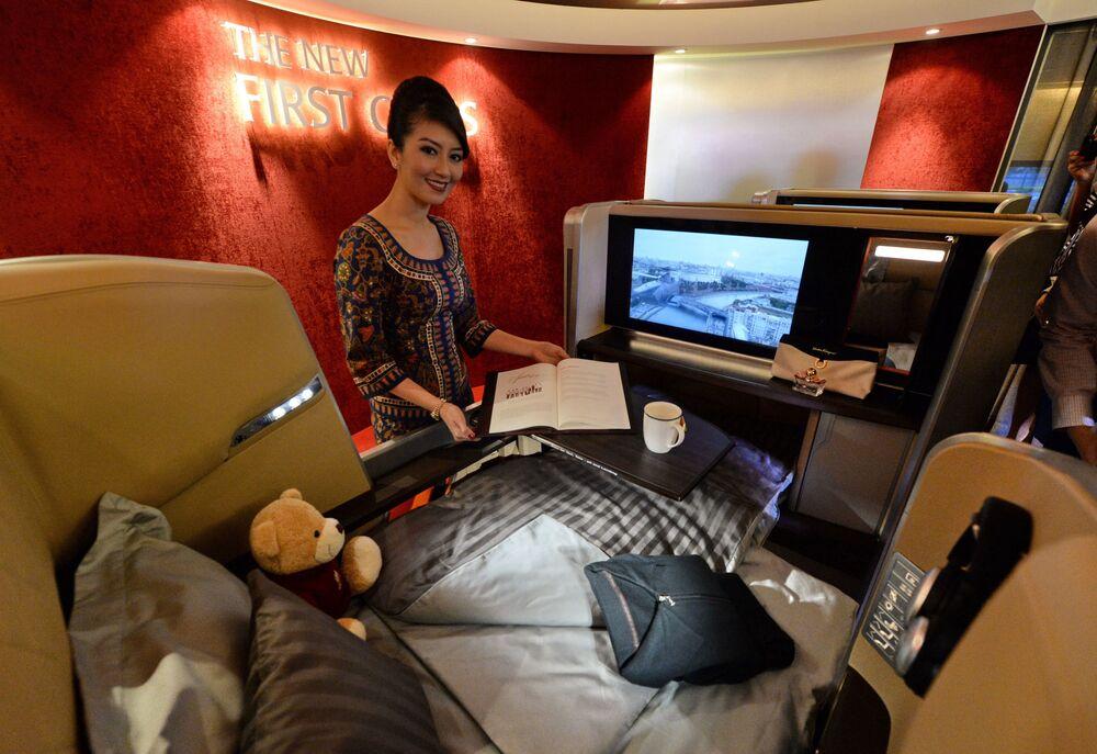 Una hostess della Singapore Airlines (SIA) fotografata all'interno di una cabina di prima classe