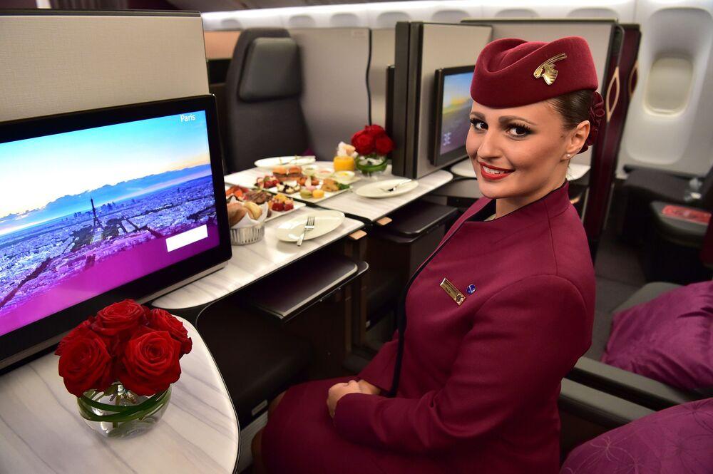 Una hostess della Qatar Airways all'interno dello spazio di business class QSuite di un Boeing 777 della Qatar Airways