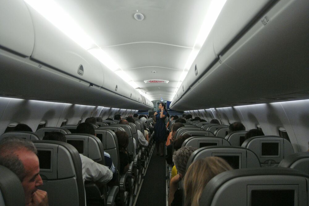 L'interno di un aeromobile Embraer 190  della compagnia aerea brasiliana Azul Linhas