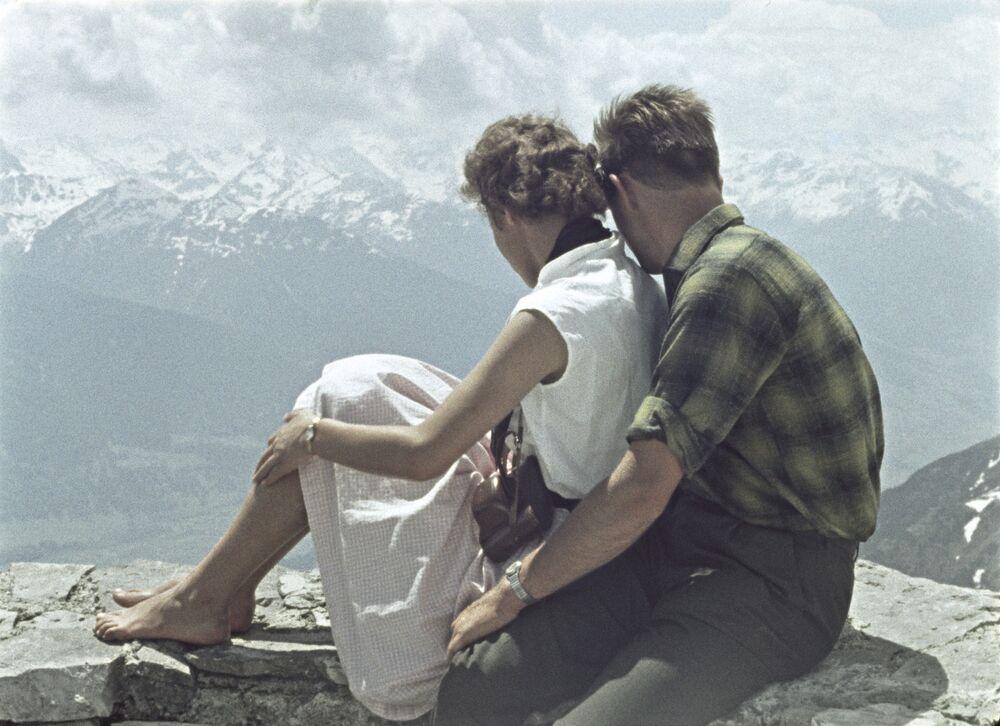 1964 - Ti fidi di me? Evidentemente si, per essere seduti insieme su un muretto a strapiompo su un paesaggio montano del Caucaso