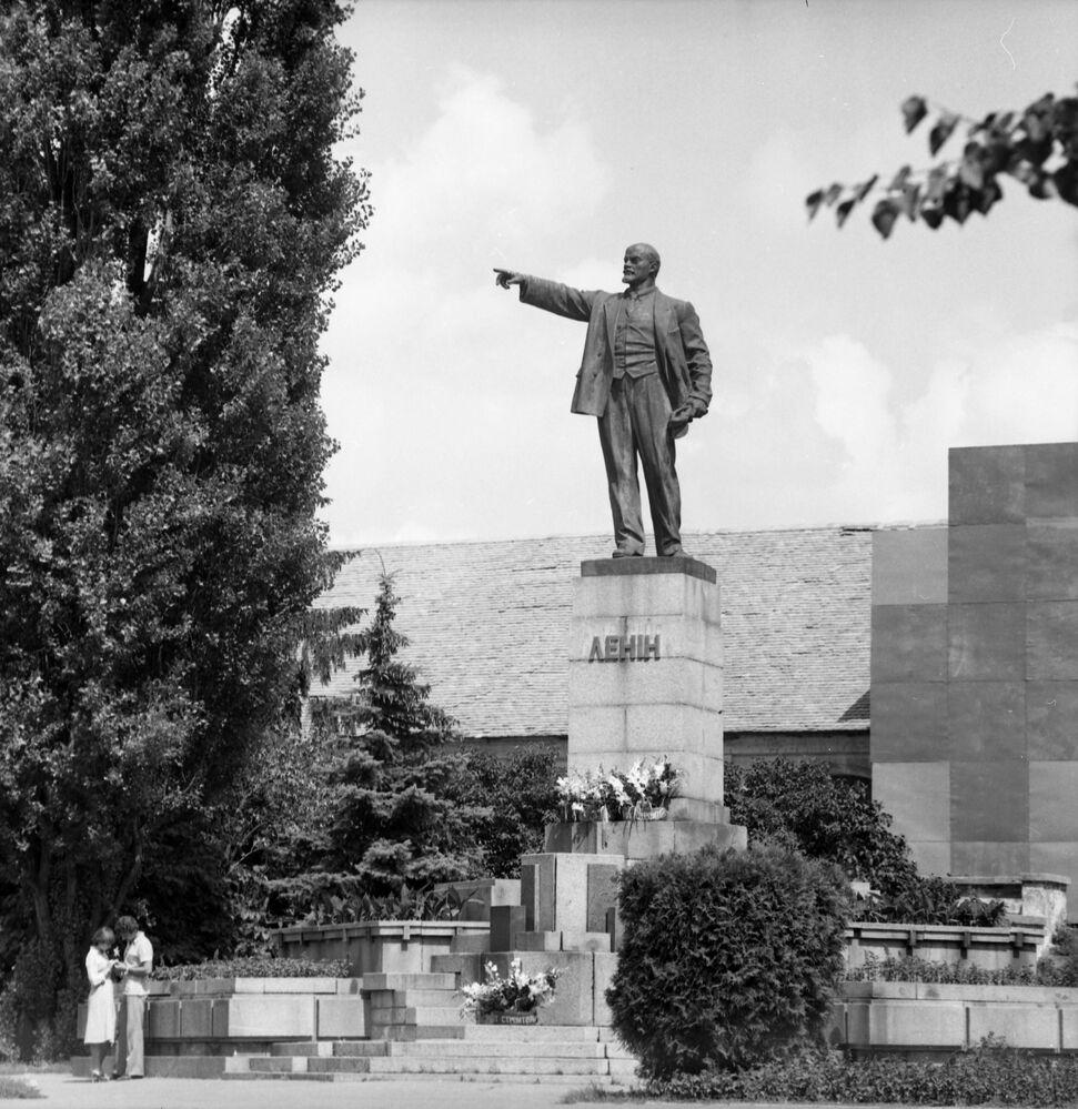 1983 - Ci vediamo sotto la statua di Lenin: due innamorati nella cittadina di Belaya Zerkov', in Ucraina