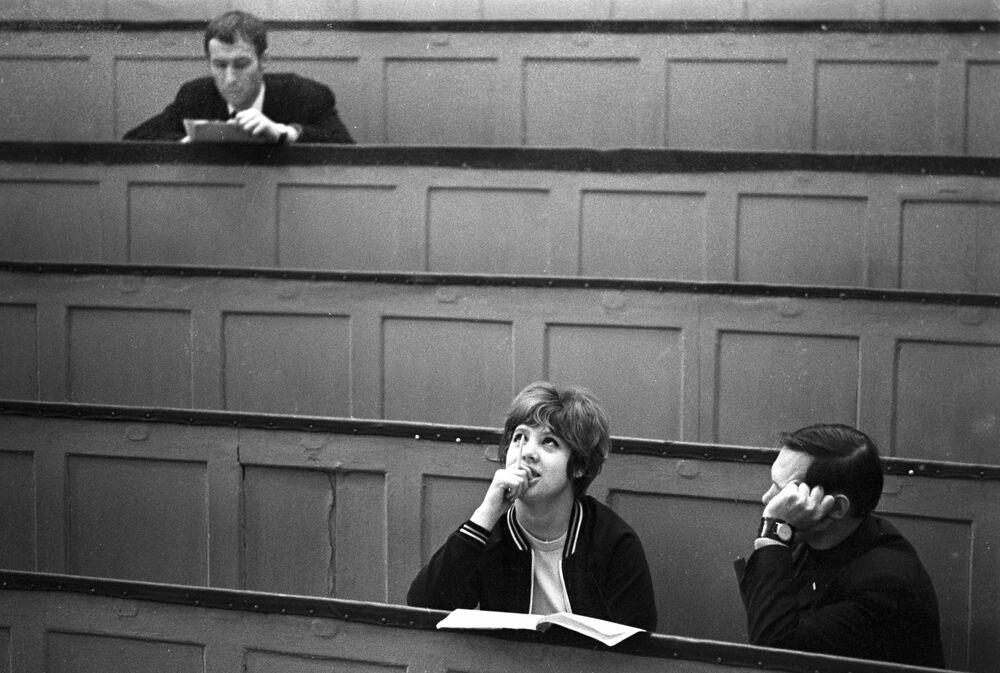 1973 - La pupa, il secchione e l'altro: amore in aula universitaria all'Istituto del Commercio Sovietico di Mosca