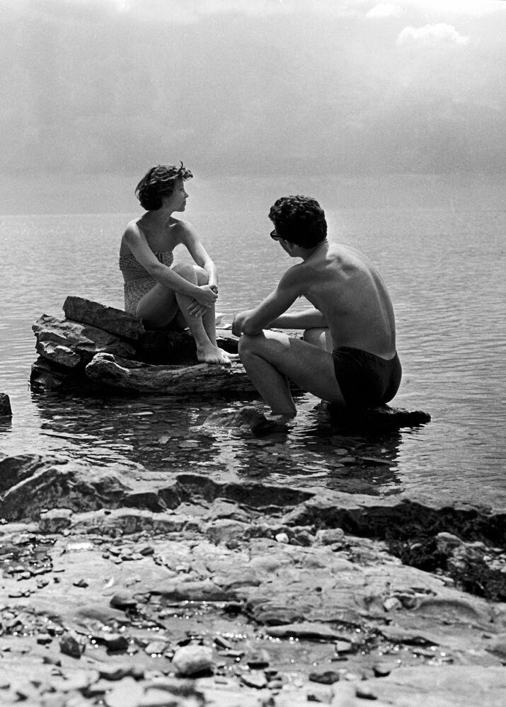 1959 - Amore al mare: due studenti dell'Istituto Tessile di Mosca durante le vacanze estive in una località sul Mar Nero