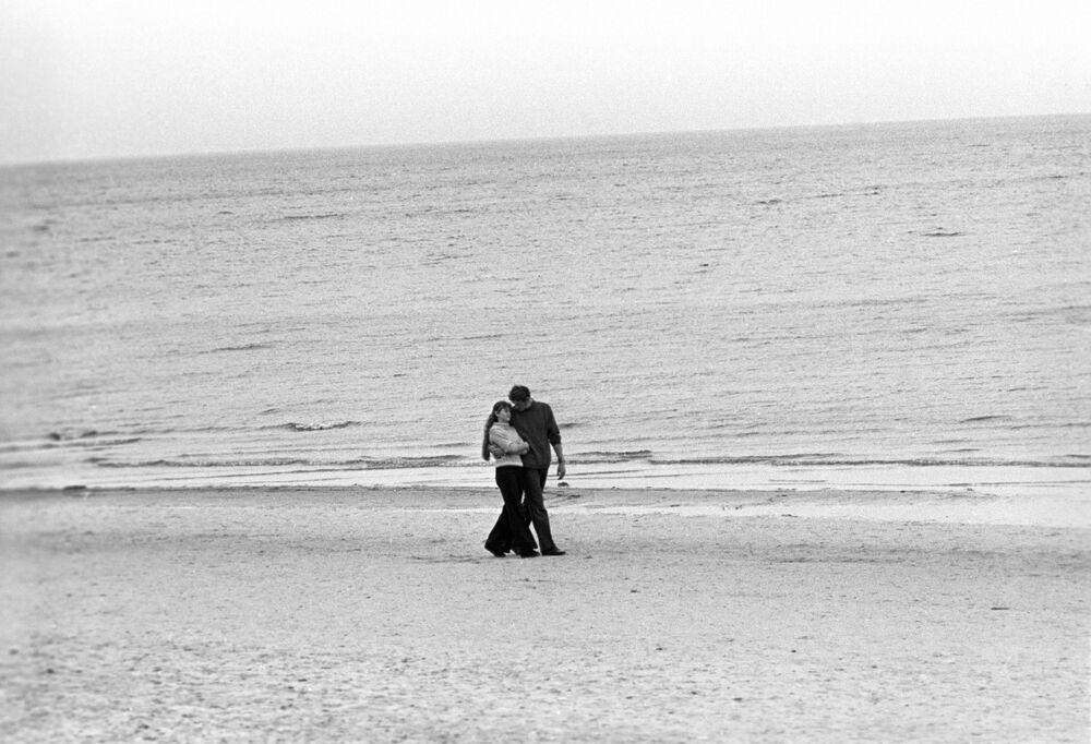 1974 - Sapore di sale: una coppia passeggia in riva al mar Baltico in Lettonia