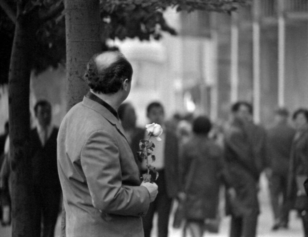 1970 - Aspettami Amore: un uomo attende la sua amata con una rosa in mano, in una via del centro di Odessa