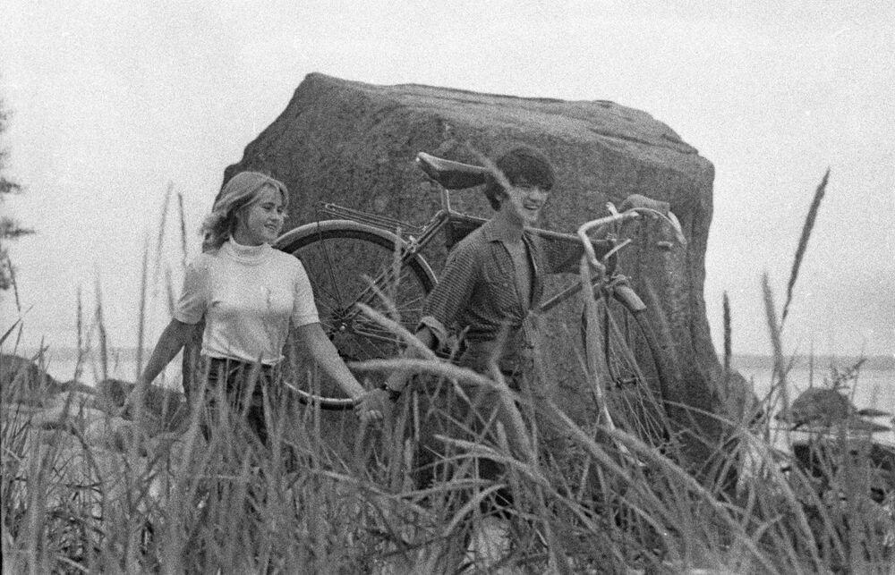 1972 - Vieni con me: due giovani mano nella mano in un campo vicino al fiume
